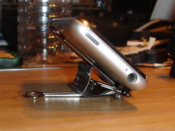 подставка для смартфона из зажимов для бумаги