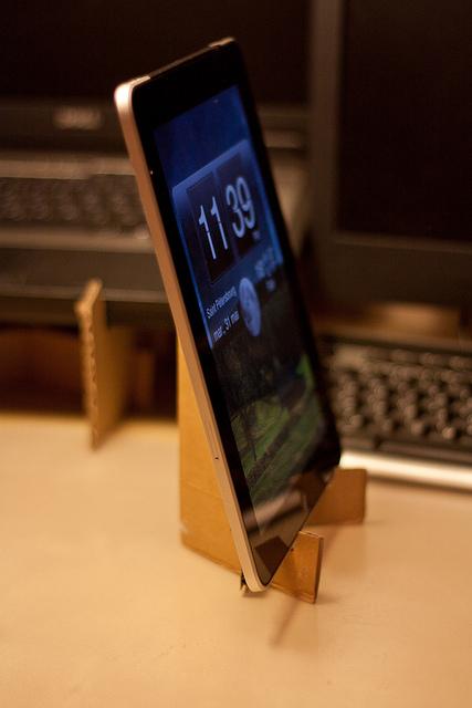 планшет на подставке из картона