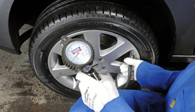 уменьшить давление в колесах