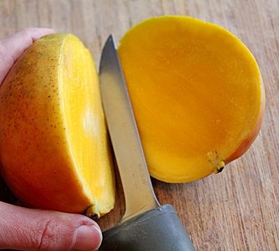 разрежьте манго пополам на 2 части