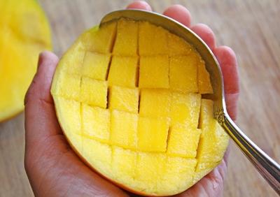 отделите манго ложкой от его кожуры