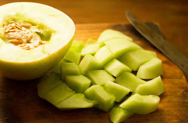 Вымойте фрукты перед заморозкой