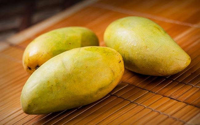 Выберите спелые манго для использования