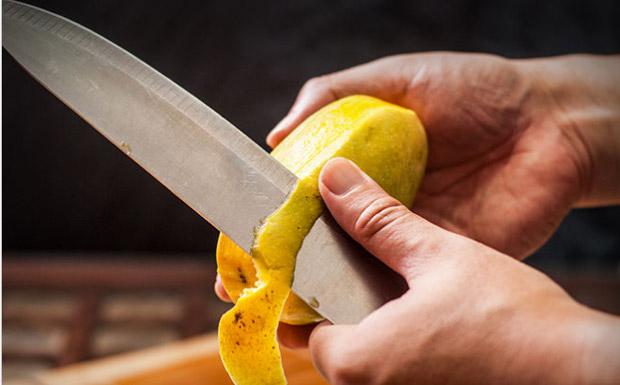 Подготовьте манго Ножом удалите кожуру со фрукта
