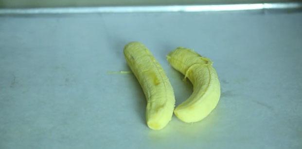 Положите очищенные бананы на противень и заморозьте их