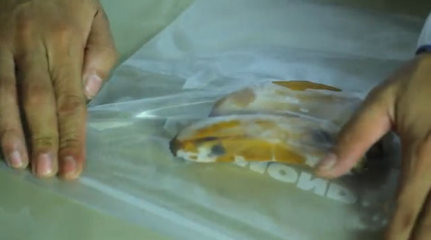Храните целые бананы в морозилке в плотных пластиковых пакетах