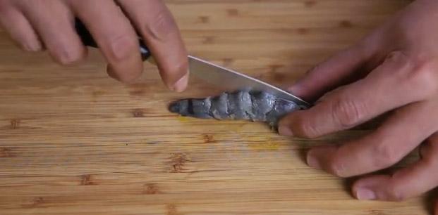Сделайте длинный узкий разрез вдоль панциря