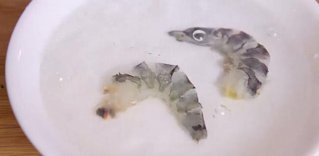 Вымойте руки и креветку