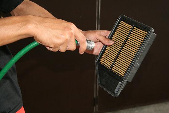 Очистите корпус воздушного фильтра