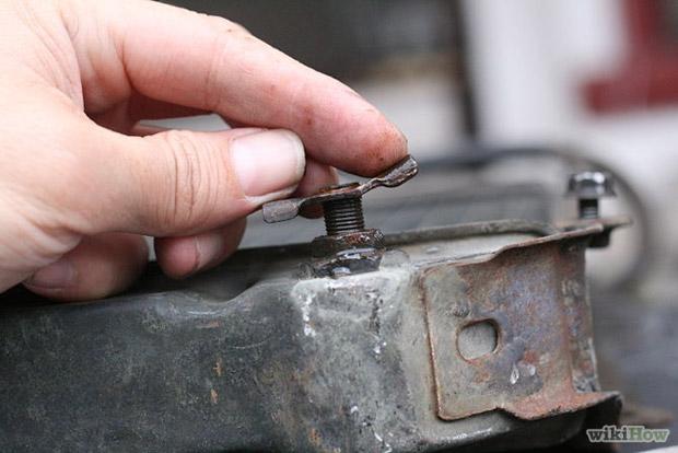 Разместите емкость под сливным стоком радиатора.