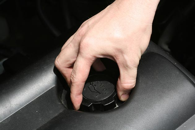 Закрутите крышку на моторе