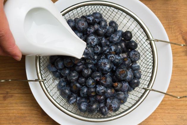 помойте ягоды черники