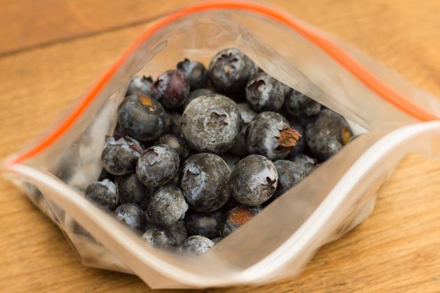Положите замороженные ягоды в вакуумный или закрывающийся пакет