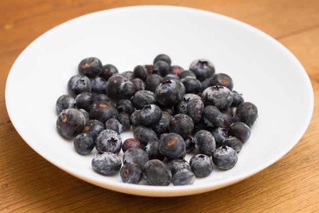 Размораживайте ягоды черники медленно