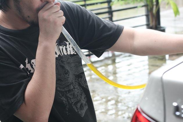 Потяните бензин ртом, чтобы он начал течь по трубке