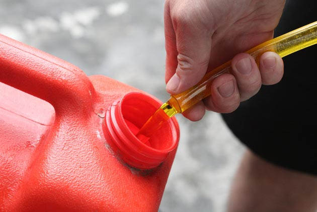 Вытащите трубку изо рта и сразу же положите ее в канистру.
