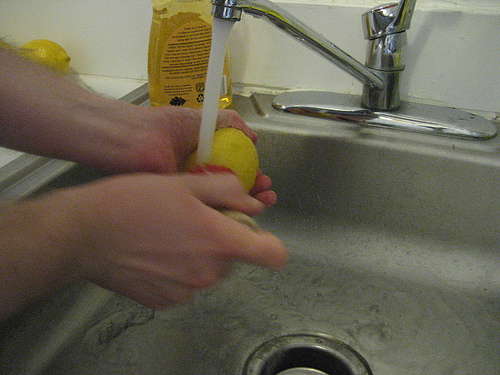 Тщательно вымойте лимон