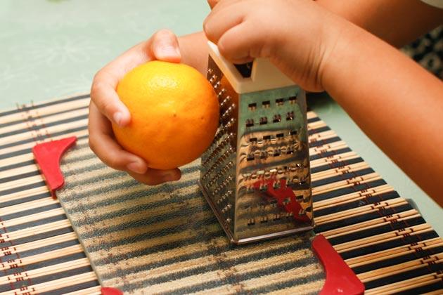 Проводите лимоном сверху вниз по терке