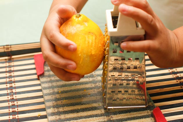 Слегка поворачивайте лимон в процессе.
