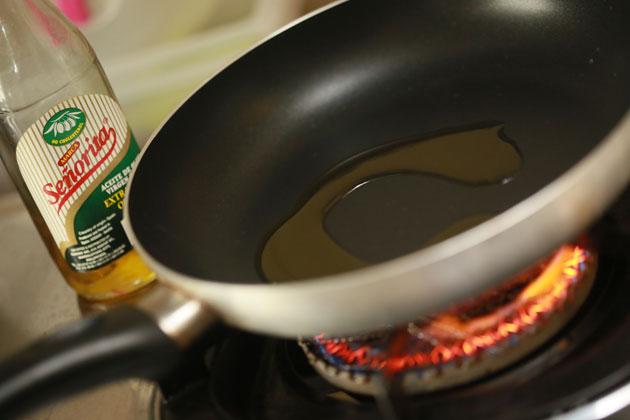 Растопите в сковороде сливочное масло.