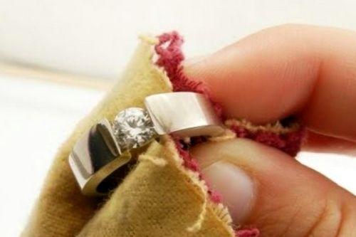 начищаете до блеска замшевой или же шерстяной тканью.