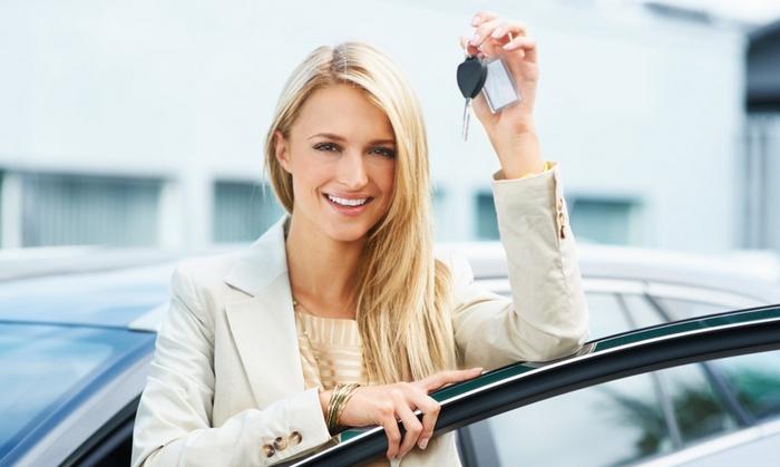 девушка-водитель с ключами