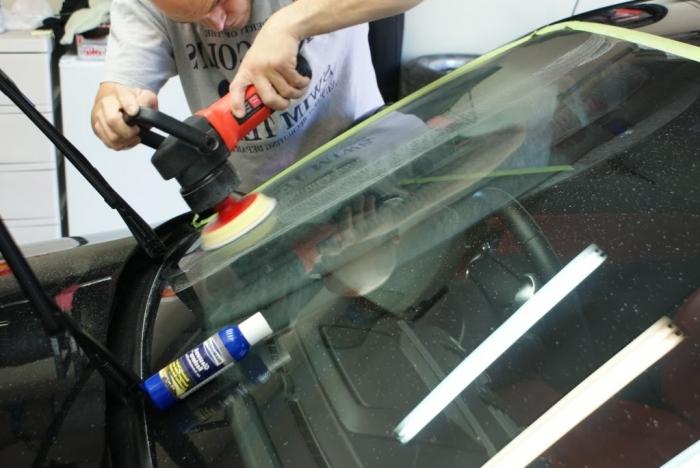 Как убрать царапину на лобовом стекле от дворника