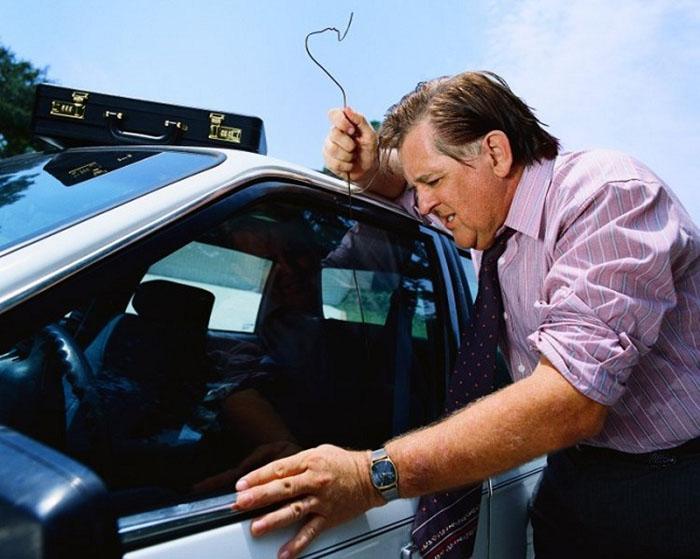 Как открыть автомобиль, если сел аккумулятор