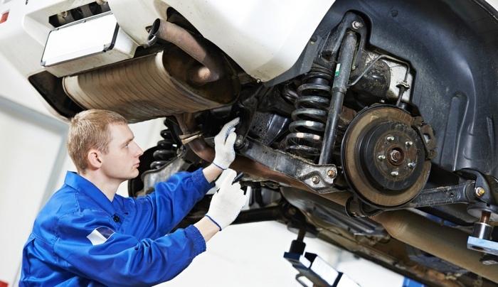 мастер ремонтирует авто