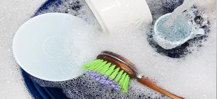 Замачивание посуды для экономии воды