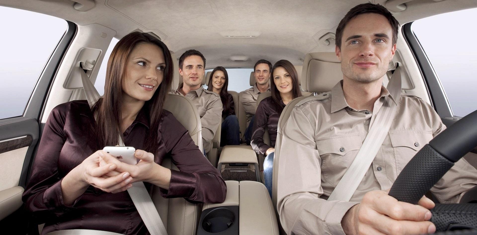 Большая компания в автомобиле