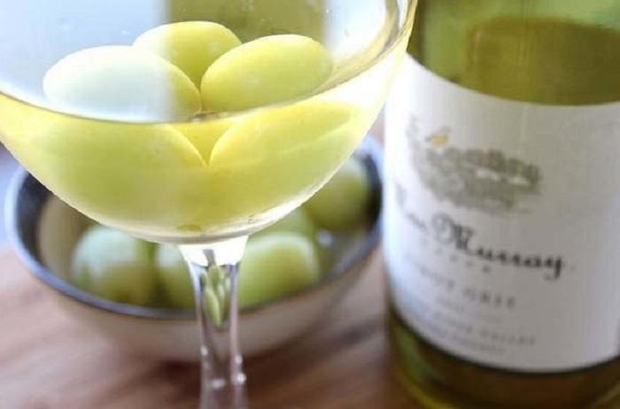 виноград в бокале вина