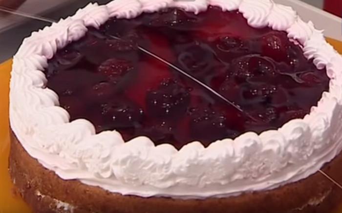 разрезанный на кусочки торт