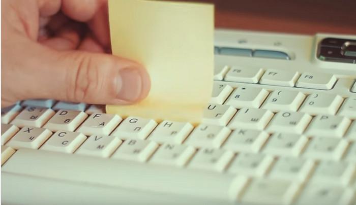 чистка клавиатуры стикером