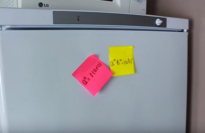 стикер с формулой на холодильнике