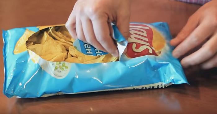 вскрытая упаковка чипсов