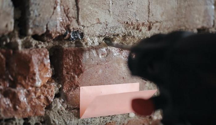 перфоратор сверлит стену