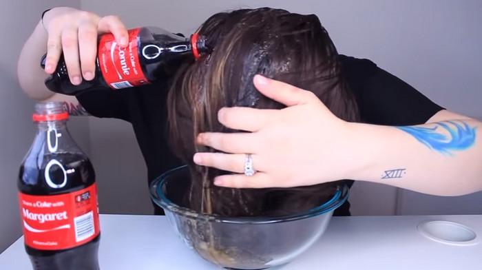 девушка моет голову coca-cola