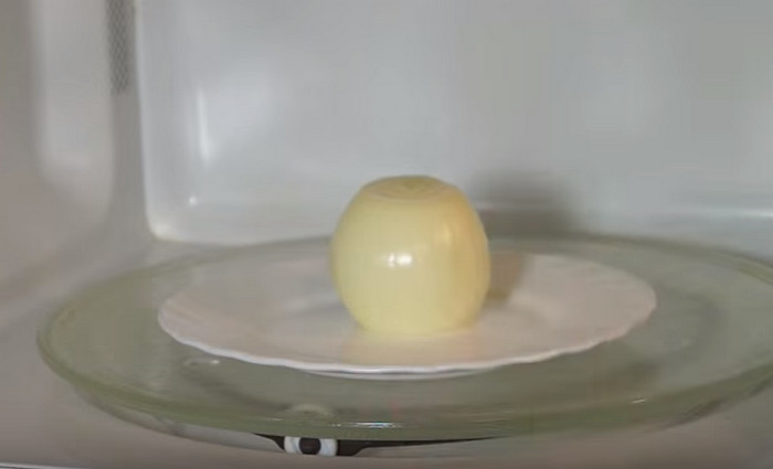 головка лука на тарелке