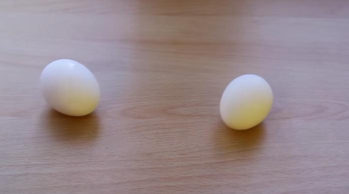 два яйца на столе
