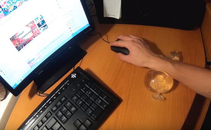 человек сидит за компьютером