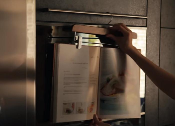книга рецептов на кухне