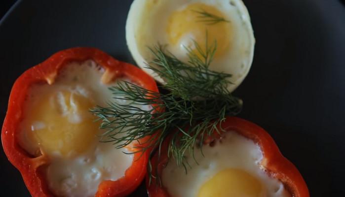 яйца в перце на сковороде