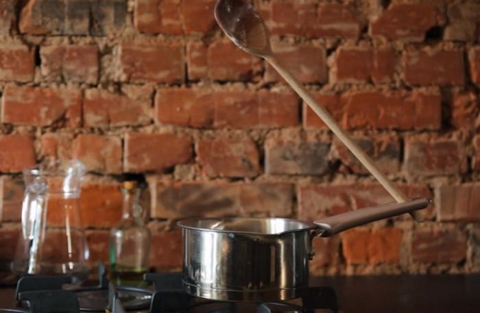 деревянная ложка и кастрюля