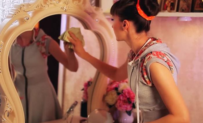 девушка моет зеркало