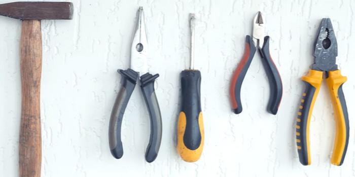 инструменты на стене