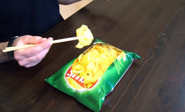 есть чипсы китайскими палочками