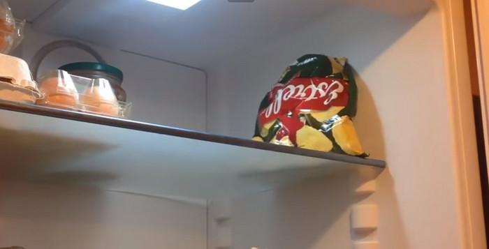 чипсы в холодильнике