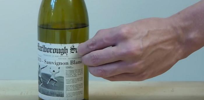пустая винная бутылка с этикеткой