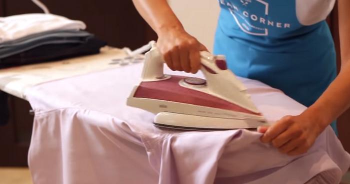 девушка гладит постельное белье